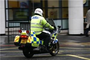 Policeman joins busker for popular rendition of Wonderwall